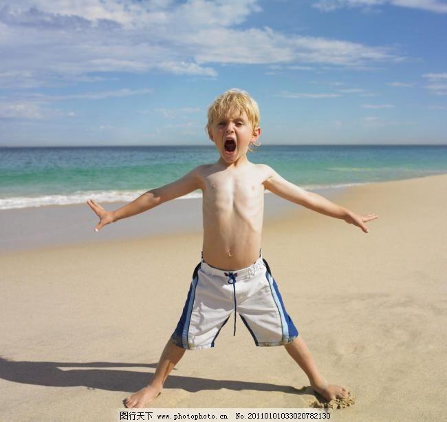 海滩 可爱小男孩 海洋 蓝天 白云 小学生主题 儿童幼儿 人物图库 摄影