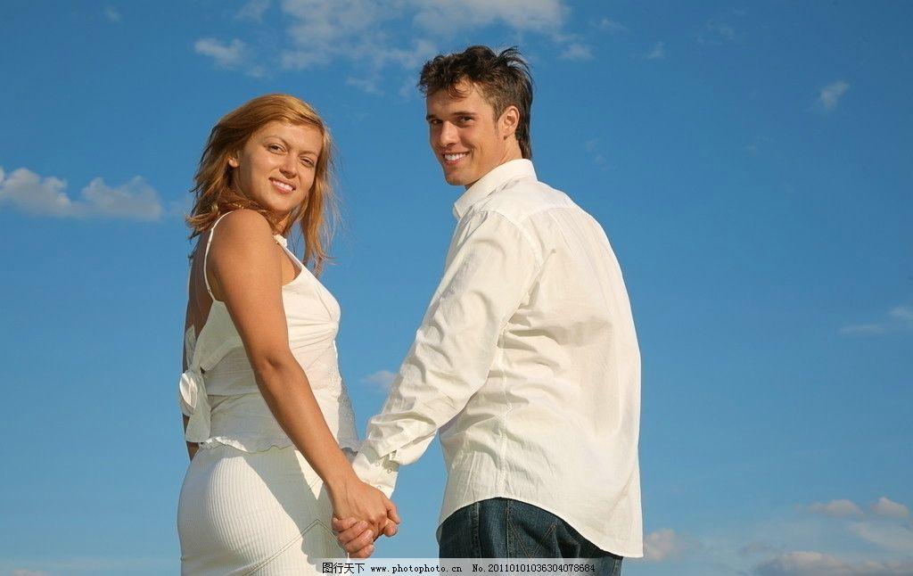 蓝天 白云 外国人物 欧美美女 外国男人 外国男女 夫妻摄影 手牵手