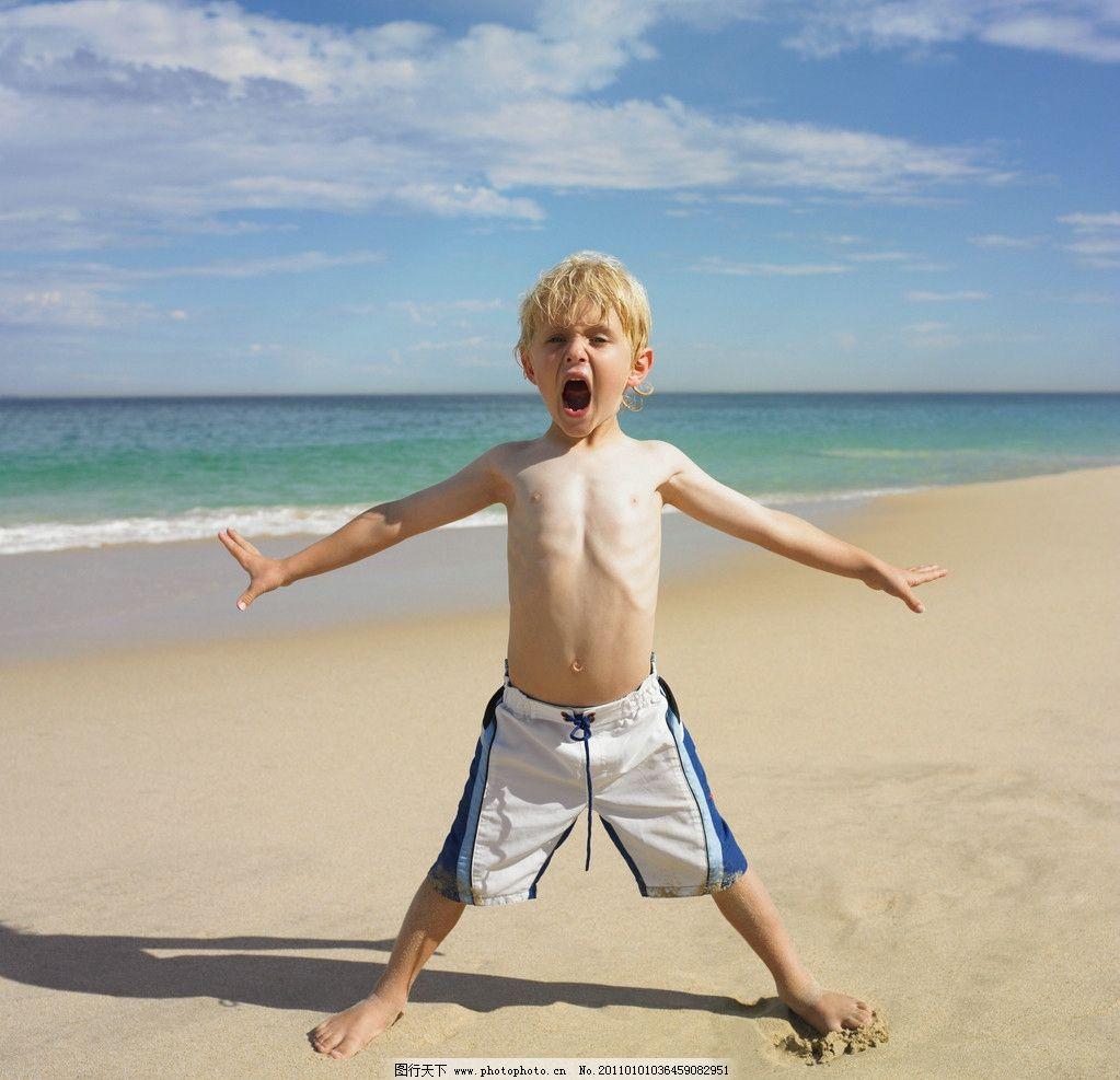 沙滩小帅哥 沙滩 海滩 可爱小男孩 海洋 蓝天 白云 小学生主题 儿童