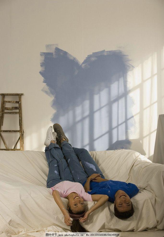 恋人 装修房子 刷墙 躺着休息 开心 伴侣 爱人 情侣 高兴 幸福图片