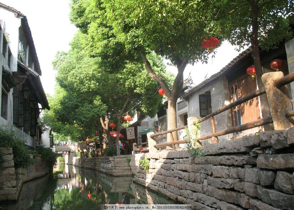 江南古镇 甪直水乡 河流 沿河房屋 小街 店铺 灯笼 游客 树木