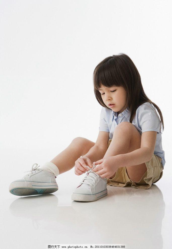小女孩 小学生 系鞋带 外国小女孩 国外小女孩 儿童 幼儿 儿童幼儿