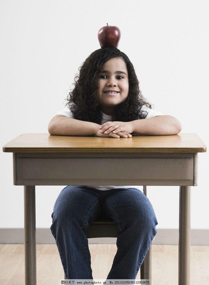 小学生 小女孩 头顶苹果 玩耍 微笑 笑容 开心 国外儿童 外国小学生