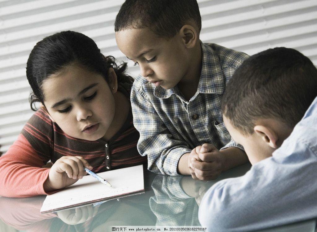 小学生 小女孩 画画 做作业 做功课 小男孩 国外儿童 外国小学生