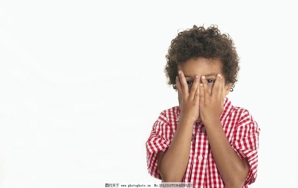 双手挡住眼睛偷看的小男孩图片