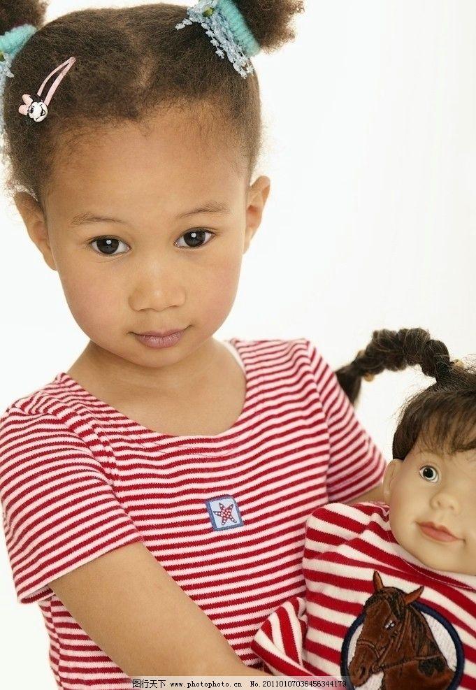 拿着布娃娃的可爱小美女图片