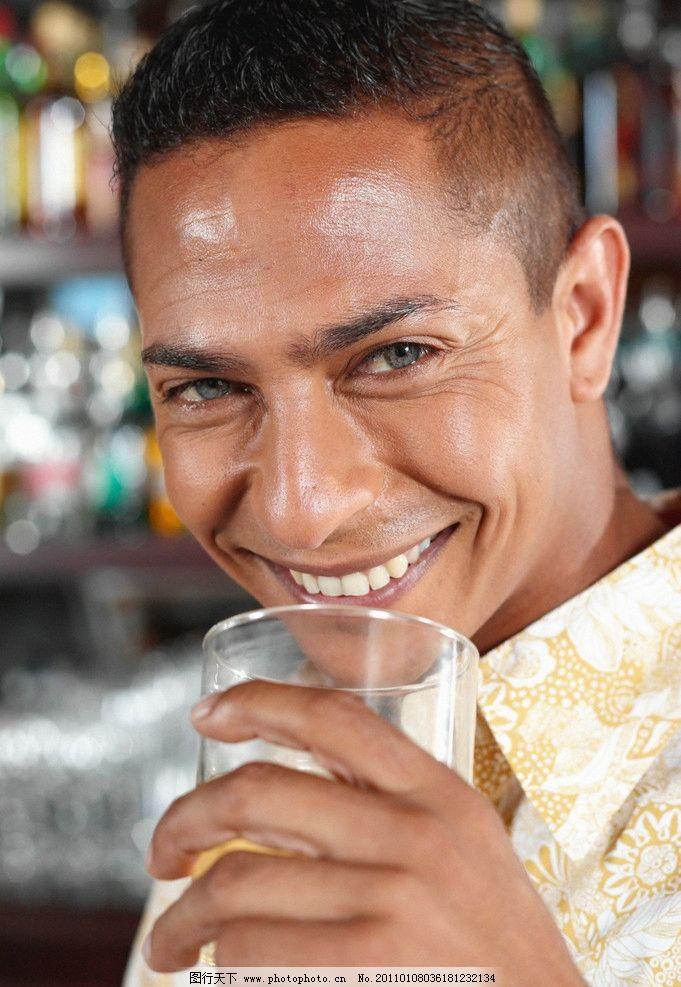 喝酒的男人图片