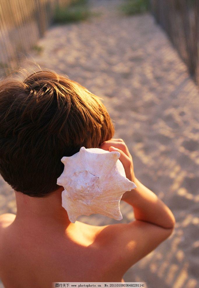 小男孩 手拿贝壳的小男孩 小男孩背影 儿童 幼儿 儿童幼儿高清图片