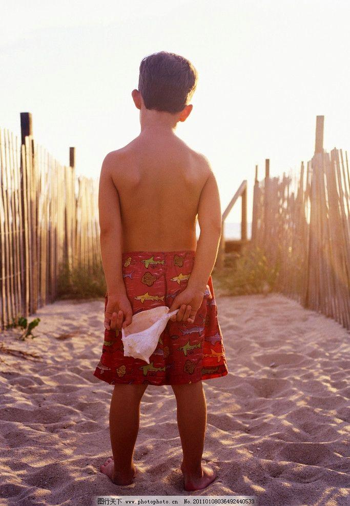 手拿贝壳的小男孩 小男孩背影 外国小男孩 国外小男孩 儿童幼儿