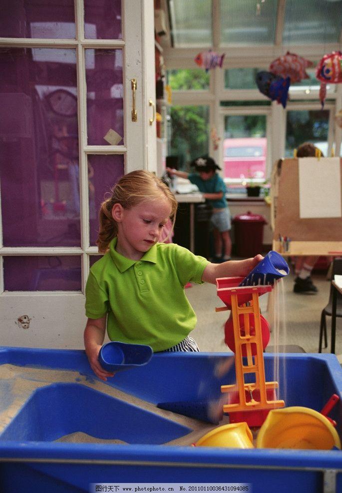 小女孩玩沙 玩具 漏斗 小水桶 小男孩 儿童幼儿 人物图库 摄影 300dpi