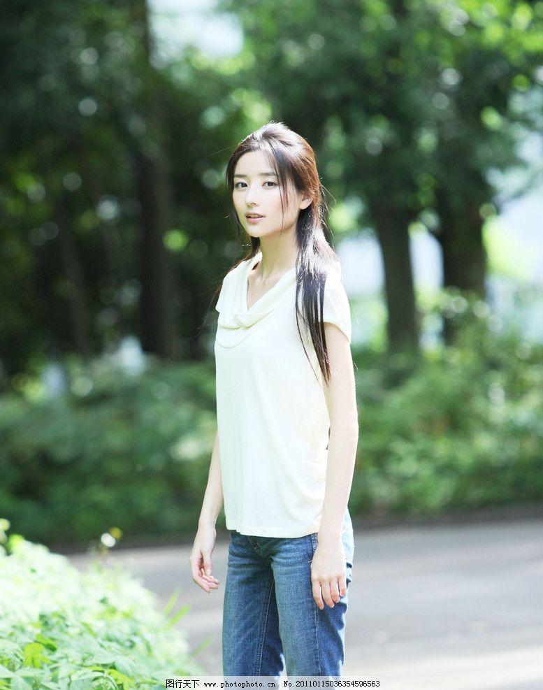 长发美女 演员 明星 大眼睛 气质 白衣 牛仔裤 牛仔美女 路边