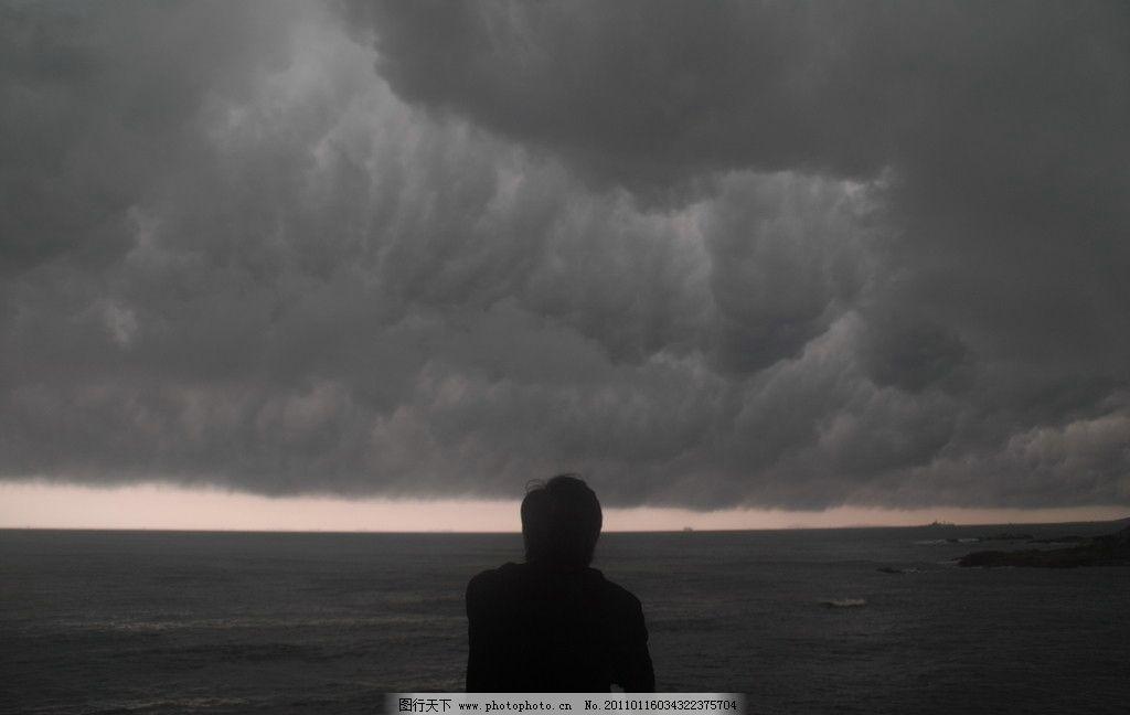 海边 大海 孤独 乌云 暴风前 阴天 台风 人 其他 旅游摄影 摄影 300dp