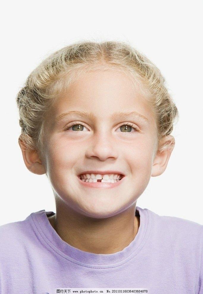 微笑高兴的小女孩图片
