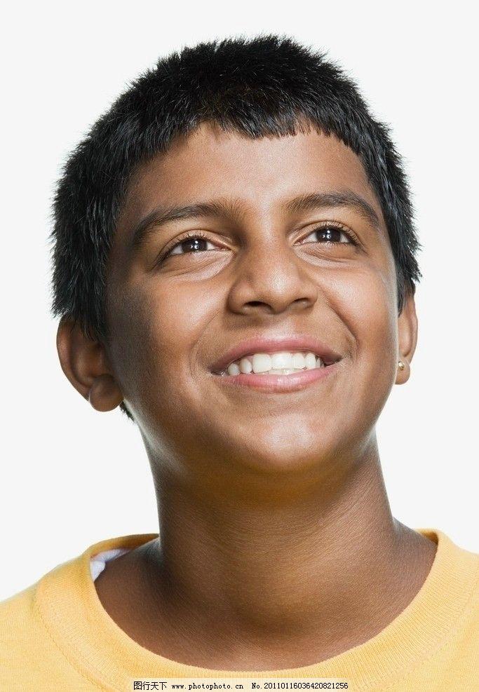 凝神微笑小男孩 表情 人物表情 孩子表情 儿童表情 出神 高兴