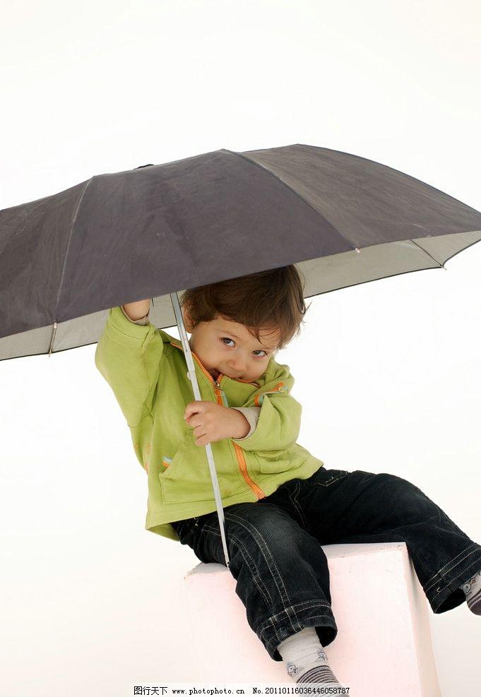 撑伞小男孩 阳光男孩 小男孩 国外 儿童 雨伞 可爱 帅气 人物图库