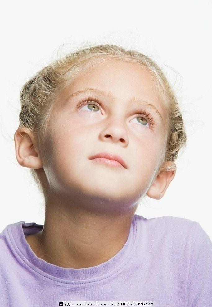 凝神观望的小女孩