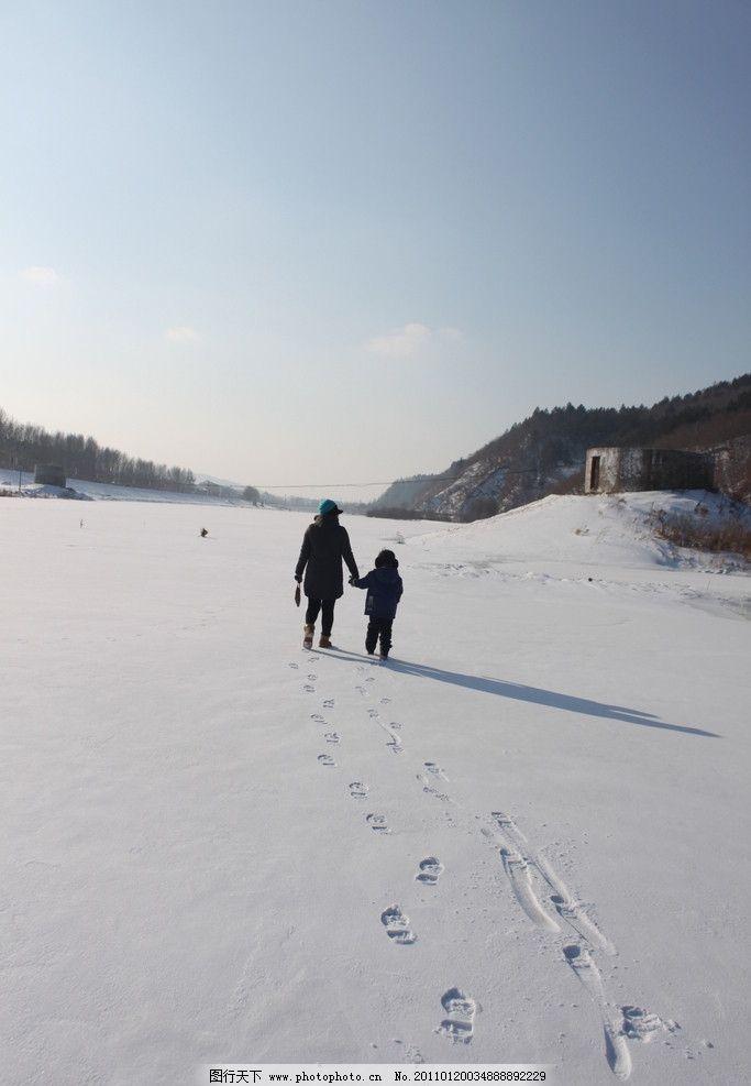 踏雪 雪中漫步 两个人 妇人和小孩 背影 阴影 阳光 山峦背景 伊春河