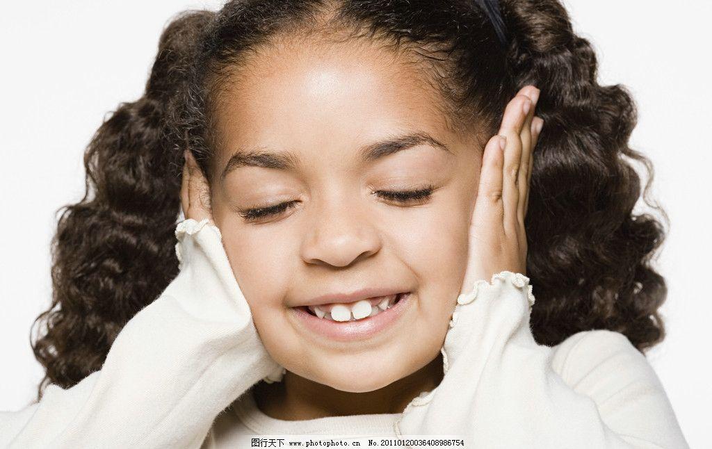 捂着耳朵的微笑小女孩图片