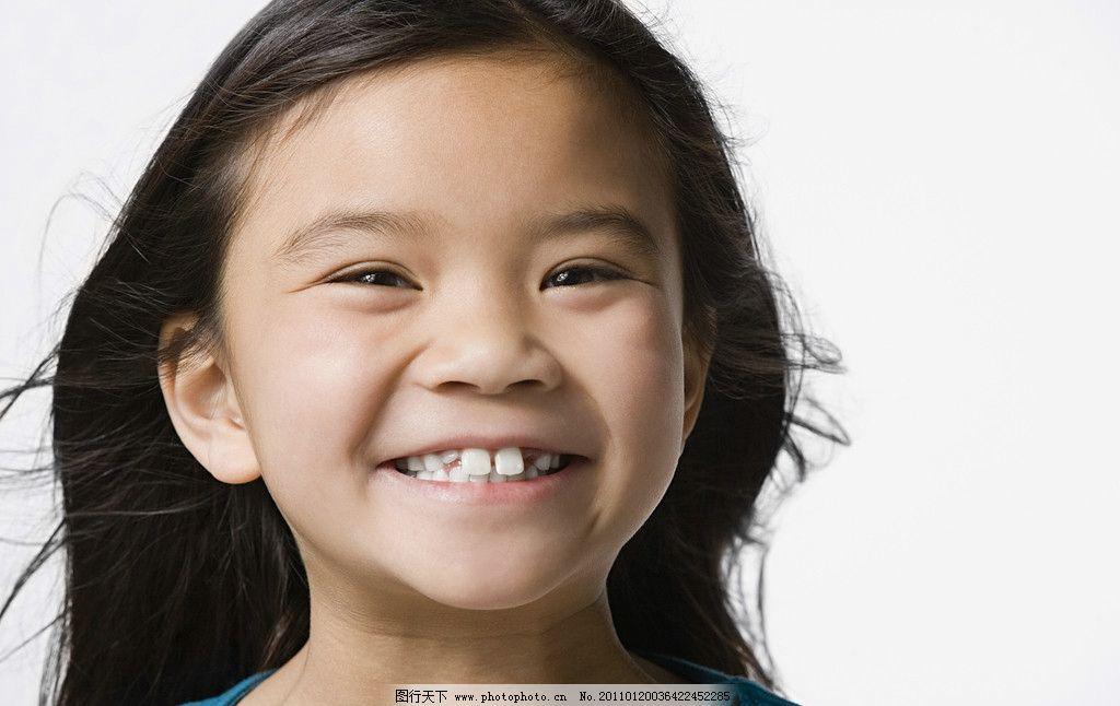 微笑灿烂的小女孩图片