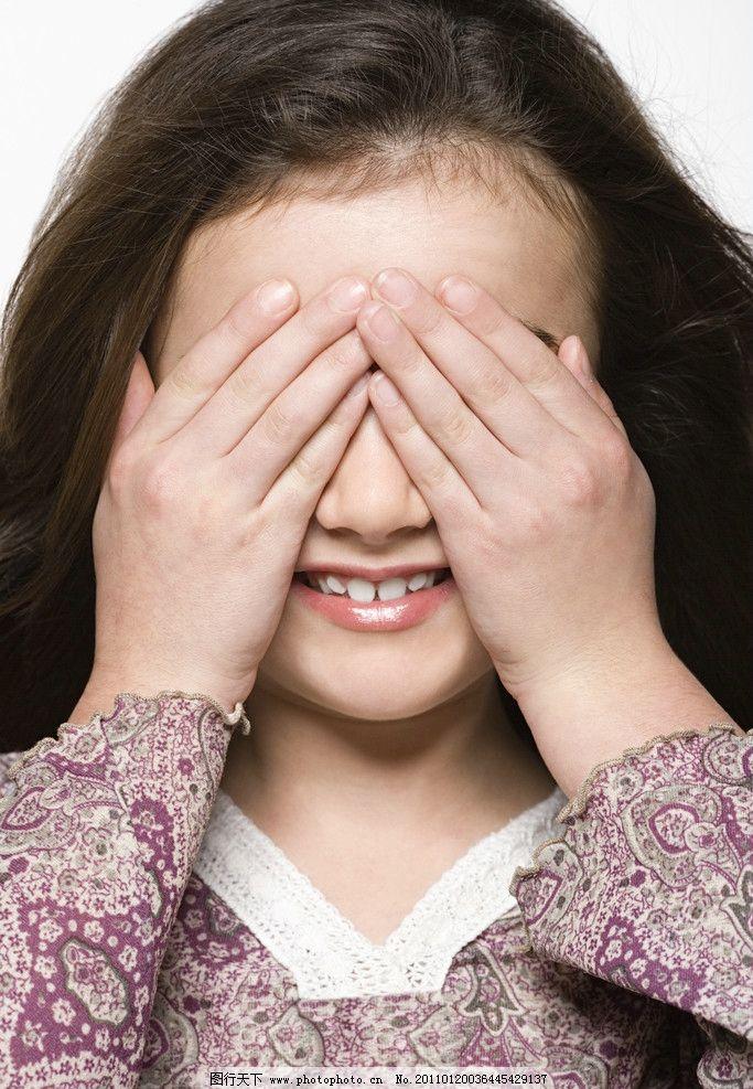 捂着眼睛偷看的小女孩图片
