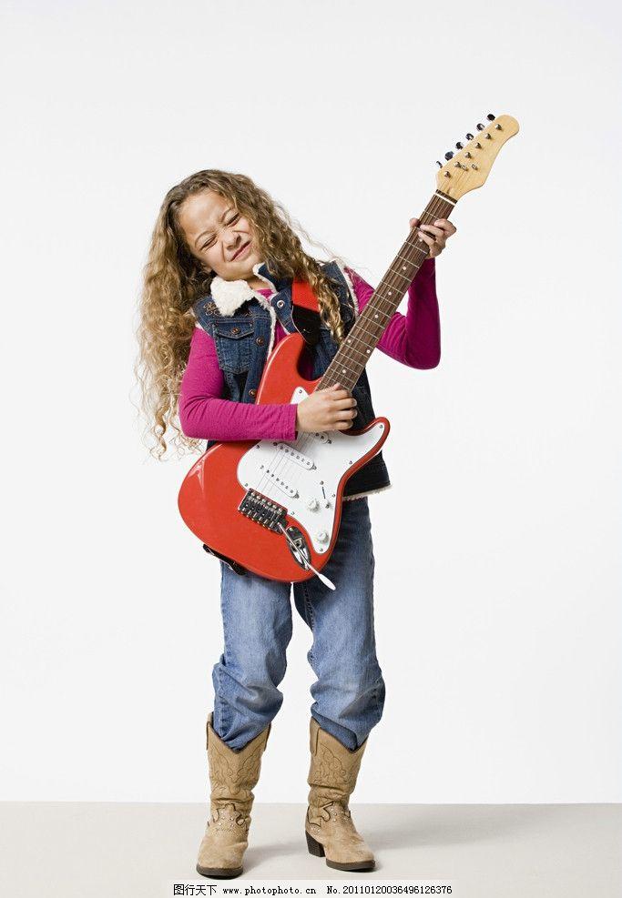 弹吉他的小女孩图片