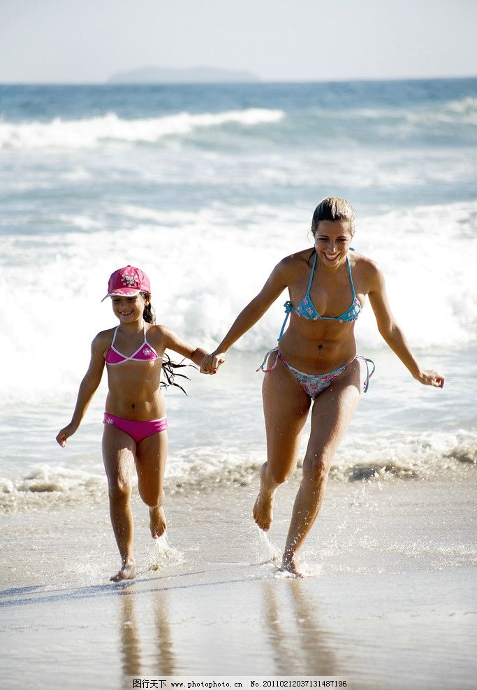 母女沙滩散步 手牵手 小孩 娱乐休闲 摄影图库
