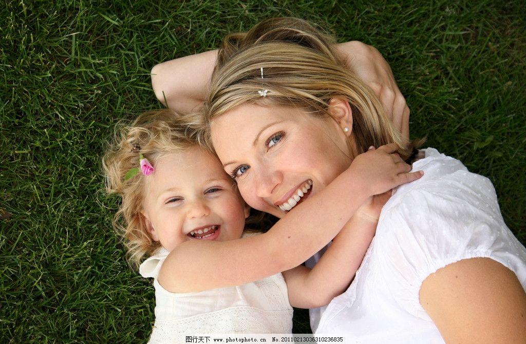 草地上幸福的妈妈和孩子图片_明星偶像_人物图库_图行