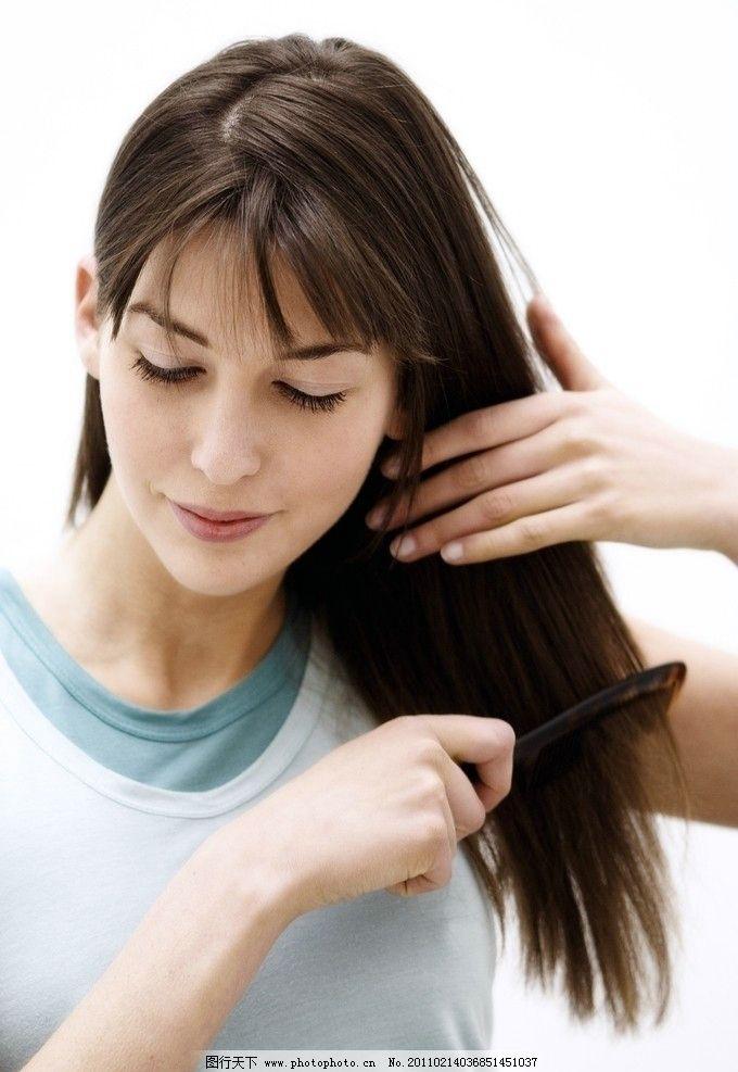 梳头发的美女 美发 指甲 梳头 生活 家居 梳头发 女性女人 人物图库