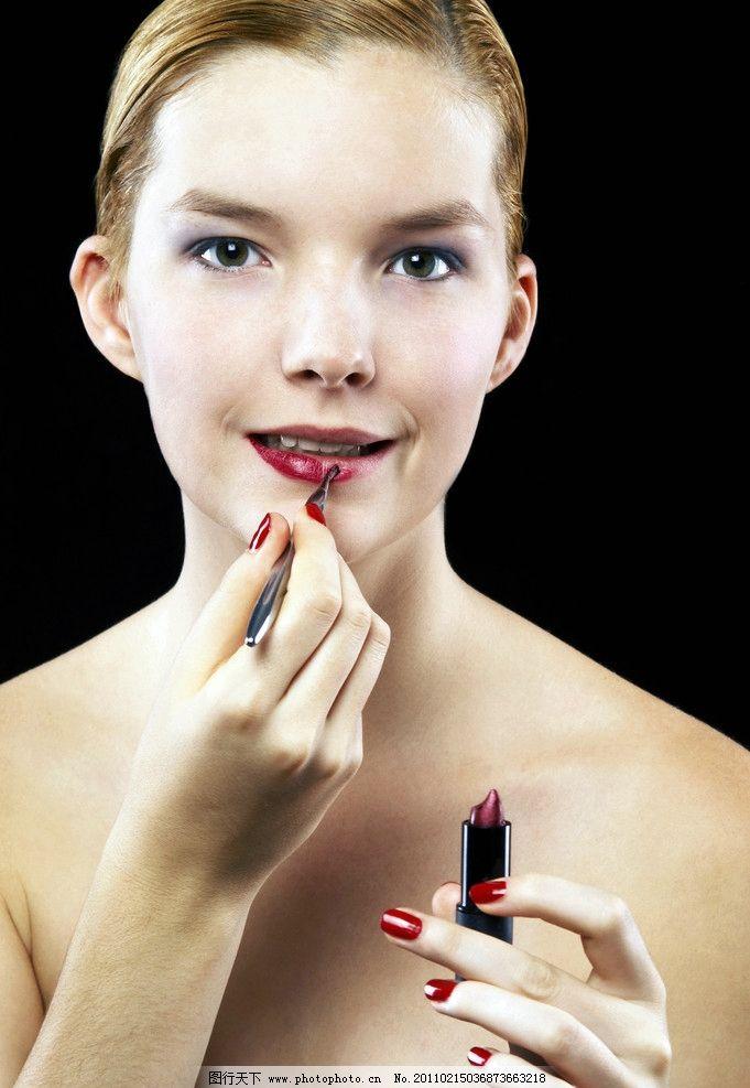 抹口红的美女图片