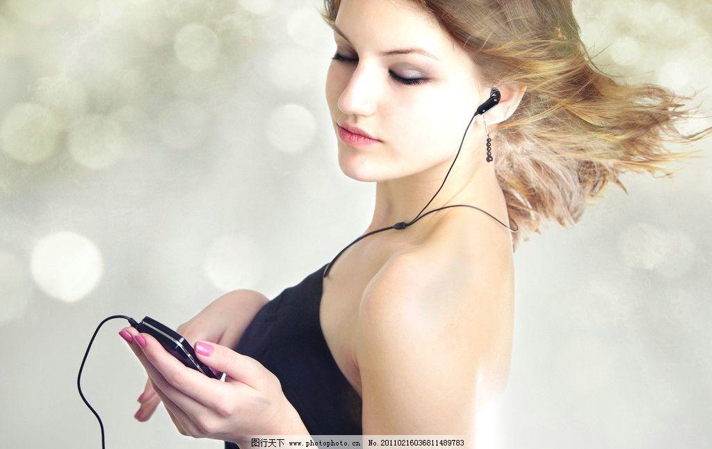 手机听音乐的美女图片