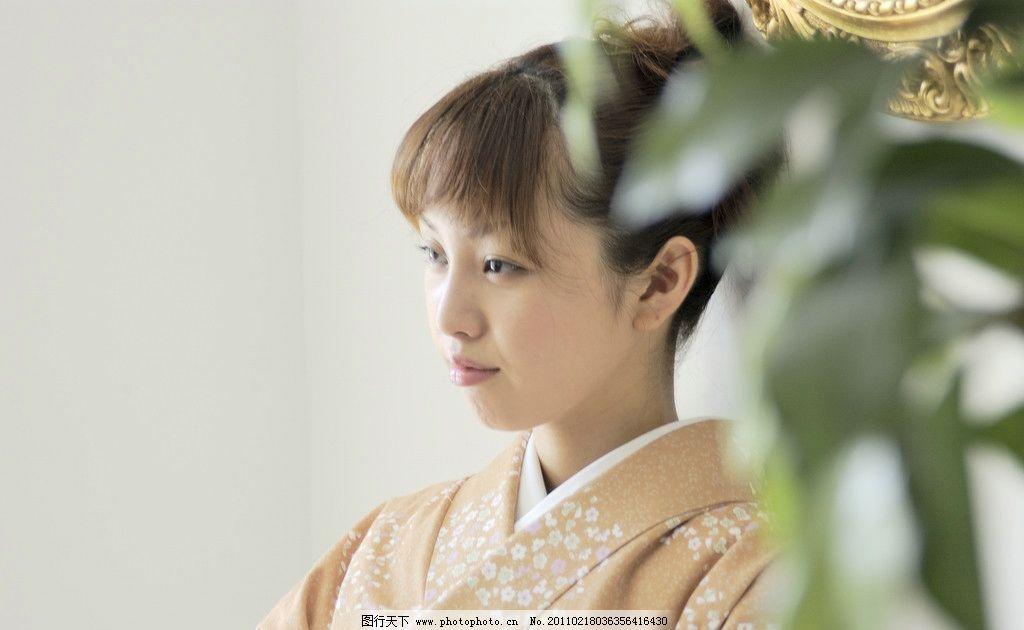 和服人物 休闲 日本 女人 和服 清新 微笑 植物 绿叶 人物 人物摄影