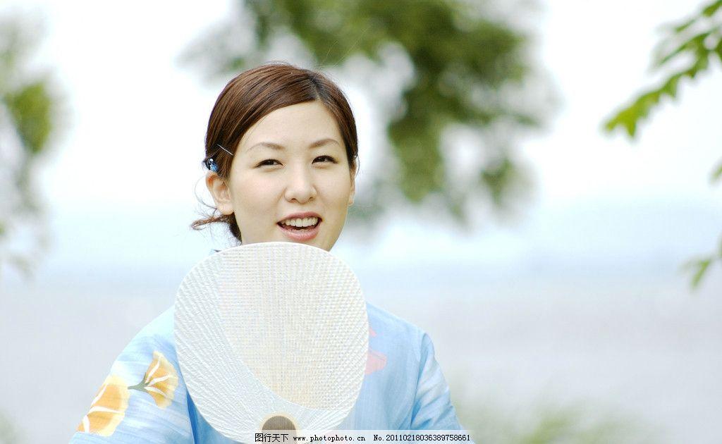 和服人物 休闲 日本 女人 和服 清新 微笑 植物 绿叶 人物 团扇 人物