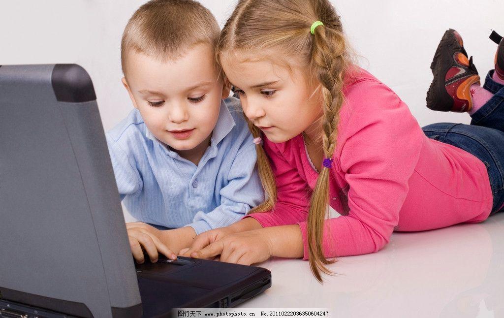 玩电脑的两个可爱孩子图片