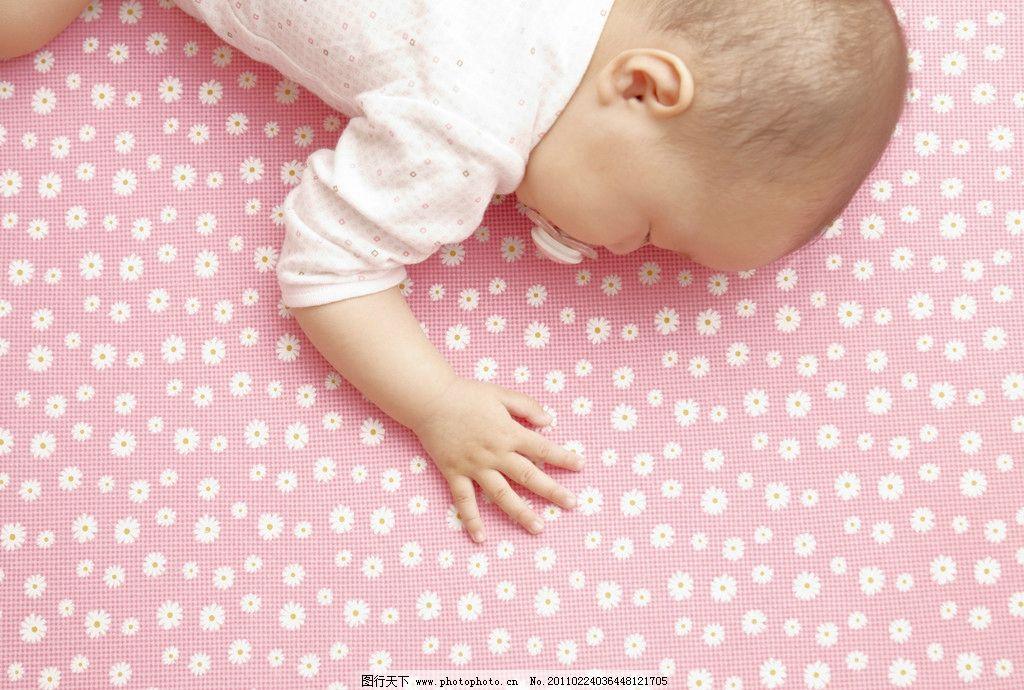 趴着睡觉的可爱婴儿宝宝图片
