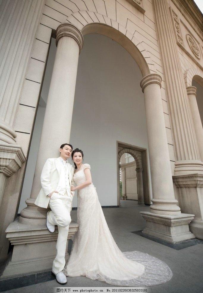 白色婚纱 男女紧靠 相互依偎 开心时刻 幸福时光 欧式建筑 拱形圆柱