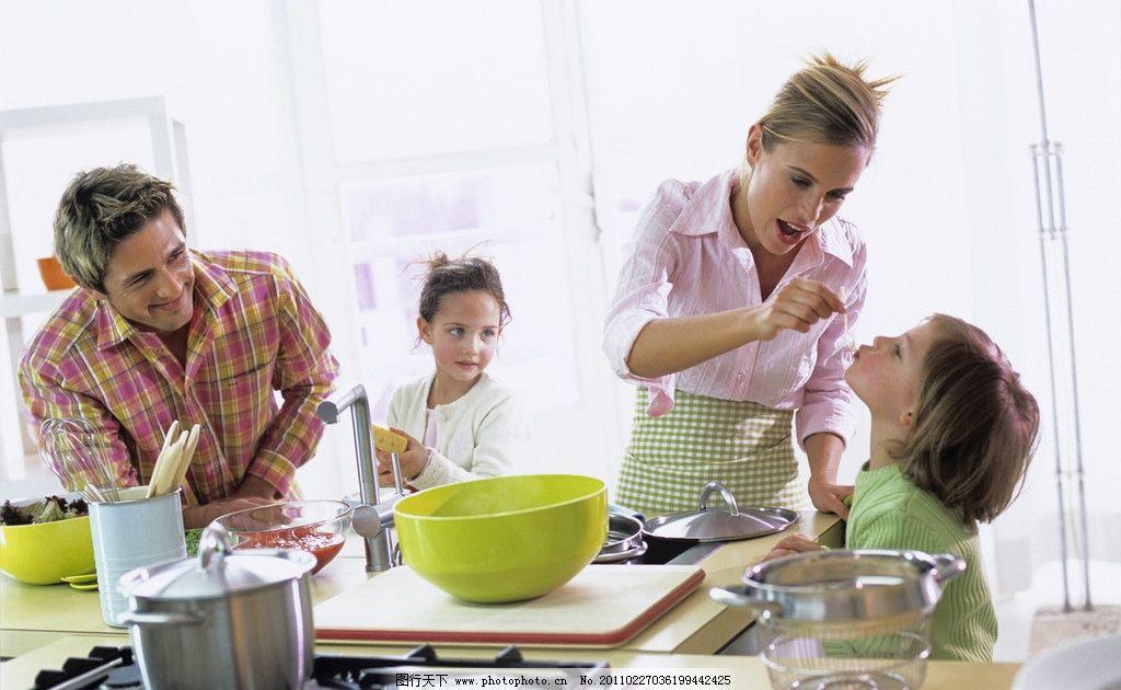 切菜 和睦家庭 幸福一家人 和蔼一家 一家人 小女孩 爸爸 妈妈 厨房图片