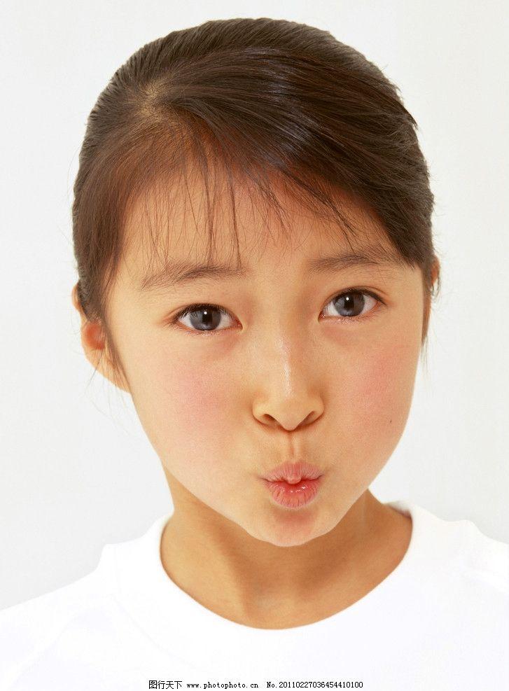 撅嘴的小女孩图片