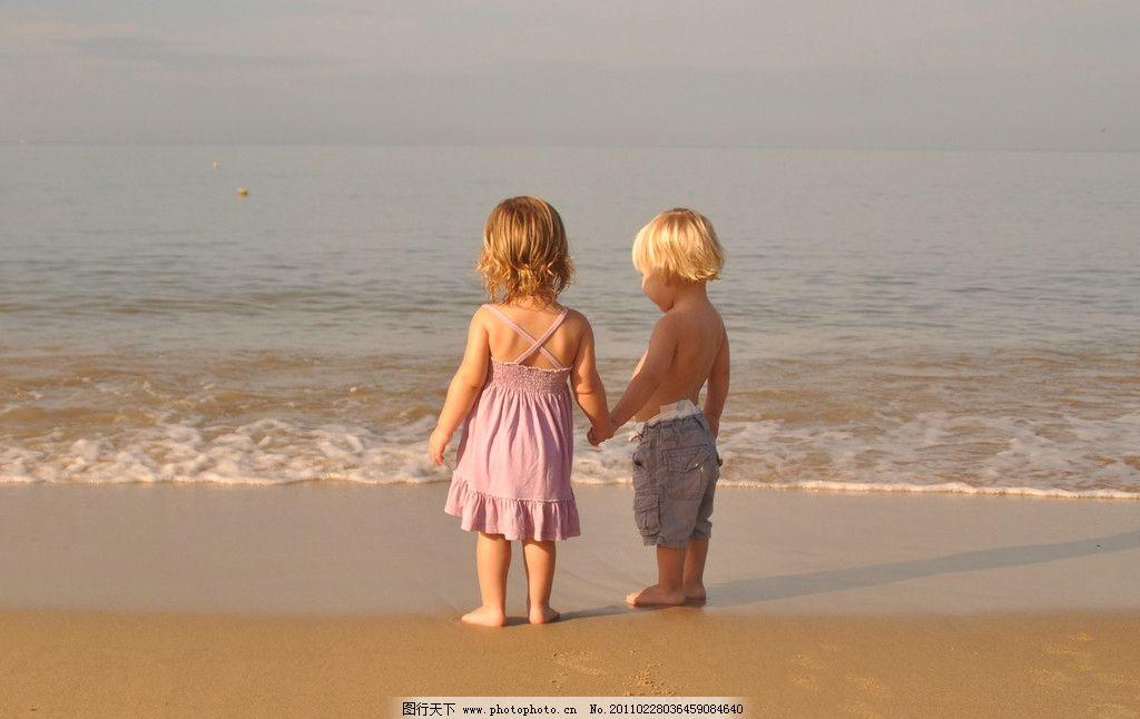 天使 两个小孩 小男孩 小女孩 牵手 两小无猜 海边 儿童幼儿 人物图库