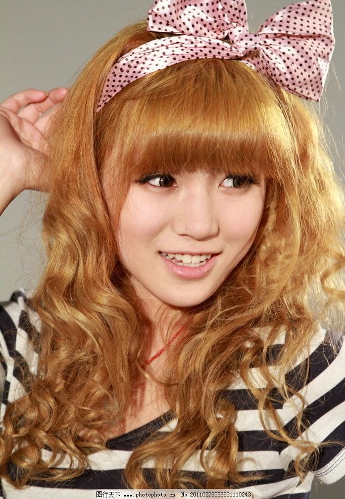 黄发女孩 夏天美女 卷发 短袖 可爱 清纯 青春 学生妹 黑白格子衣服