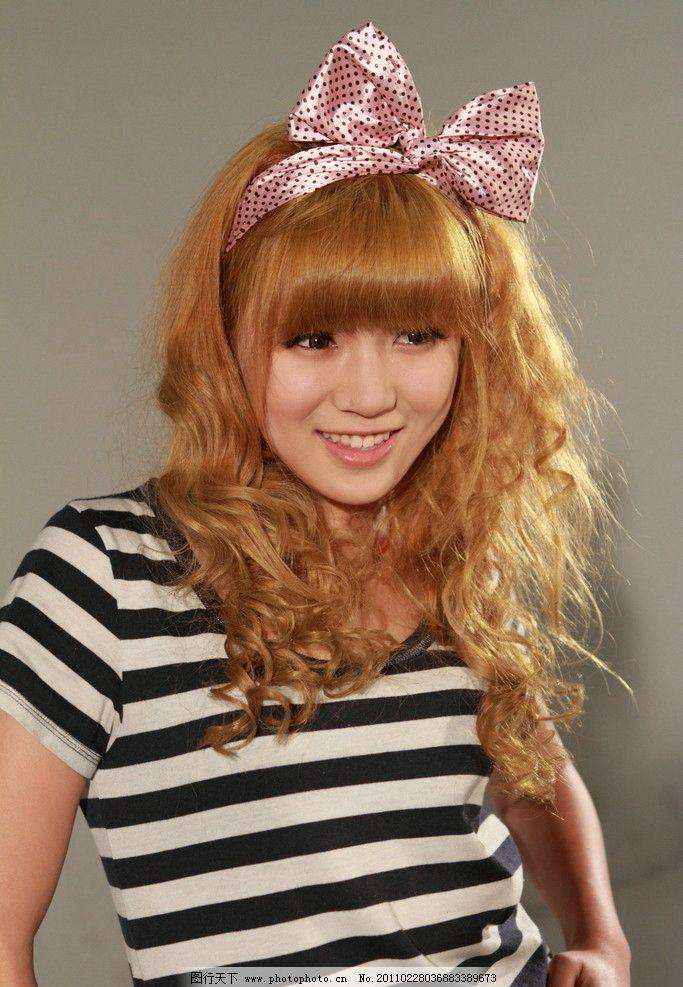 黄发女孩 夏天美女 卷发 短袖 可爱 清纯 青春 学生妹 蝴蝶结