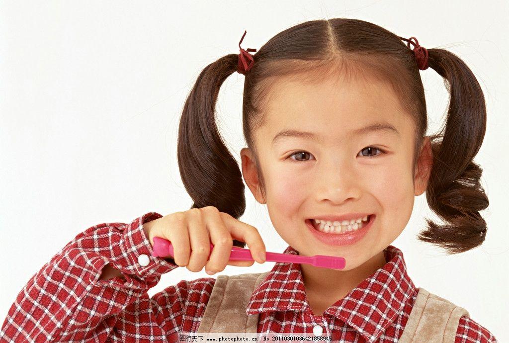 刷牙的小女孩 牙刷 小美女 小女孩 小学生 儿童 幼儿 孩子 可爱 儿童