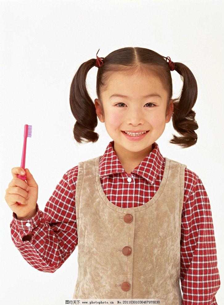 刷牙的小女孩 牙刷 小美女 小学生 儿童 幼儿 孩子 可爱 儿童动作