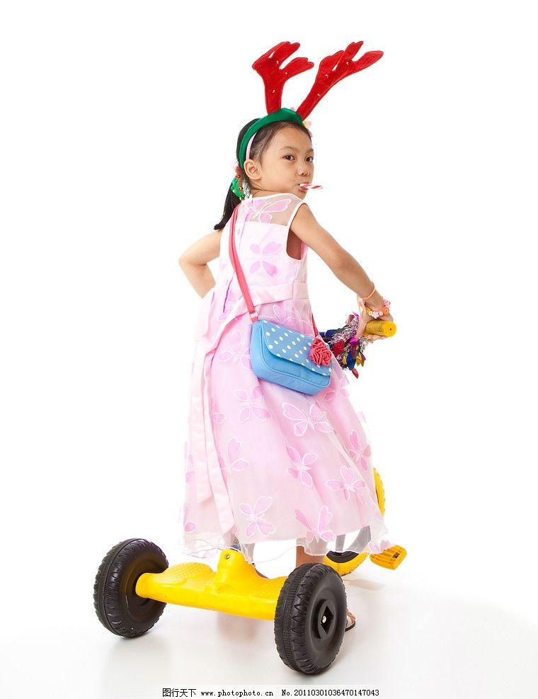骑儿童车的小女孩图片