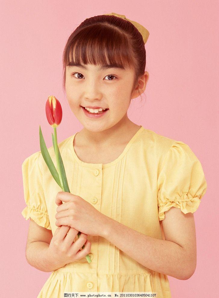 鲜花的微笑小女孩 郁金香 小美女 小女孩 小学生 儿童 幼儿 孩子 可爱