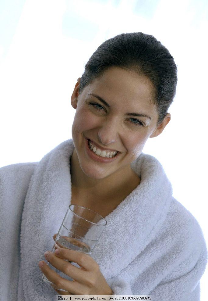 喝水的女人图片