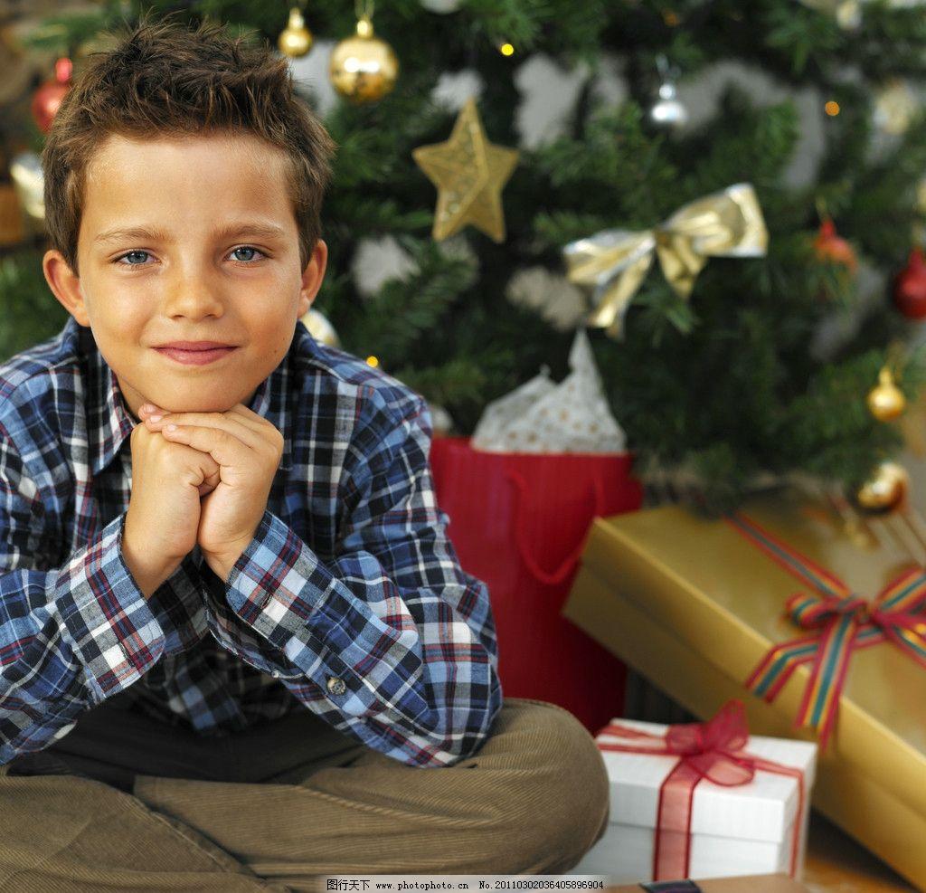 礼品 圣诞礼物 圣诞树 圣诞节 国外小男孩 外国小男孩 玩耍 天真 可爱