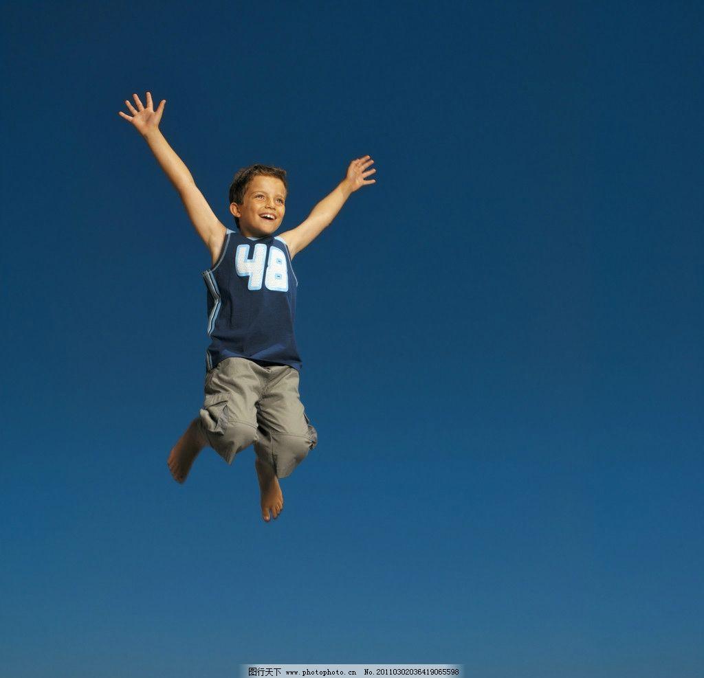 跳跃的小男孩图片,外国小男孩 国外小男孩 玩耍 天真