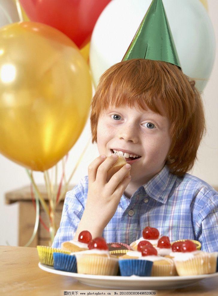 吃蛋糕营养早餐的孩子图片