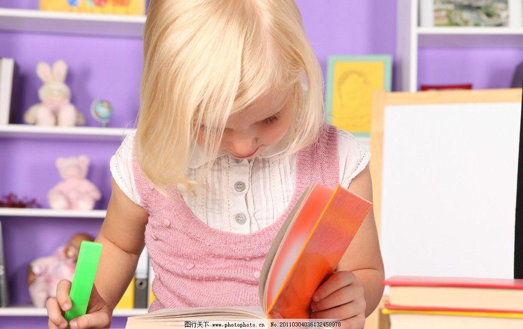 外国小学生 小女孩做作业