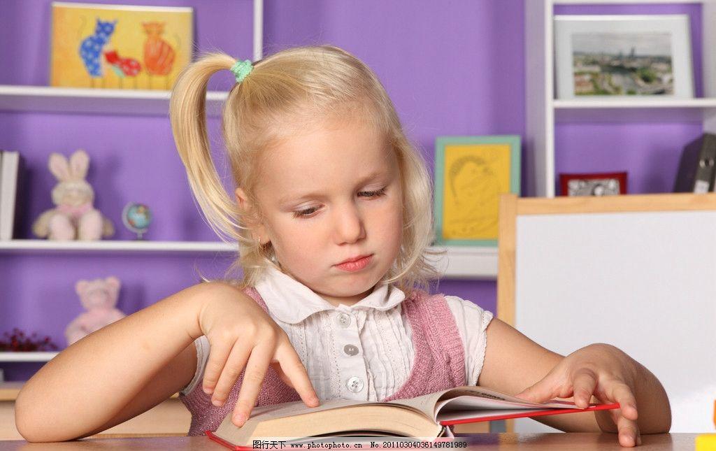 外国小学生 小学生 小女孩 快乐的小女孩 看书 学习 开心的小女孩 可爱的小女孩 国外小女孩 微笑 笑容 开心 外国小女孩 女孩 国外儿童 儿童 幼儿 儿童幼儿高清图片 儿童幼儿 职业人物 人物图库 摄影 300DPI JPG